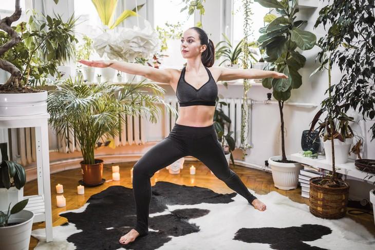 Mulher fazendo yoga, que é um ótimo exercício para dormir